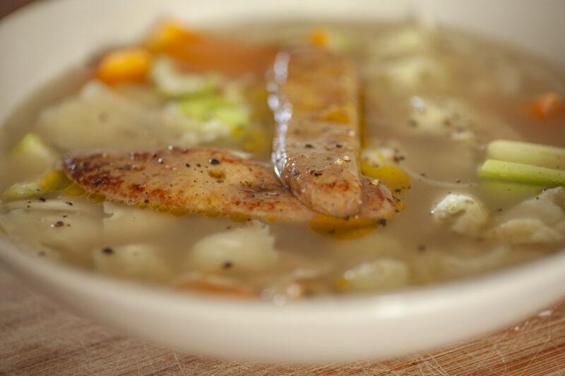 Bouillon de porc noir de Bigorre de Noël ravioles du Dauphiné, foie gras poêlé et légumes de saison